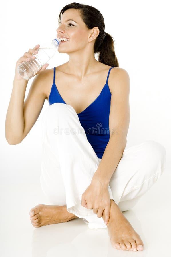 Drinkend Gebotteld Water royalty-vrije stock afbeelding