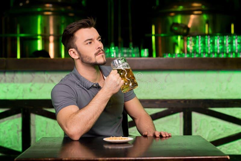 Drinkend vers bier. stock foto