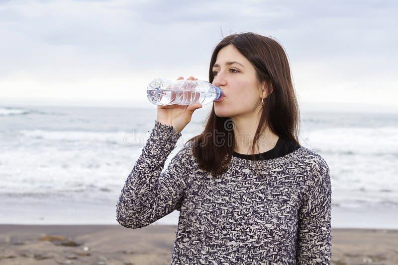 Drinkend zoet water stock fotografie