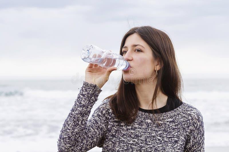 Drinkend zoet water royalty-vrije stock fotografie