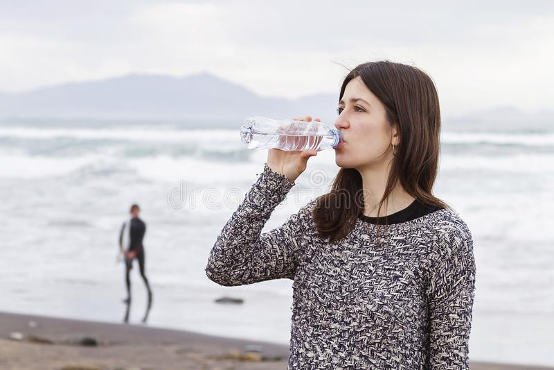 Drinkend zoet water stock foto