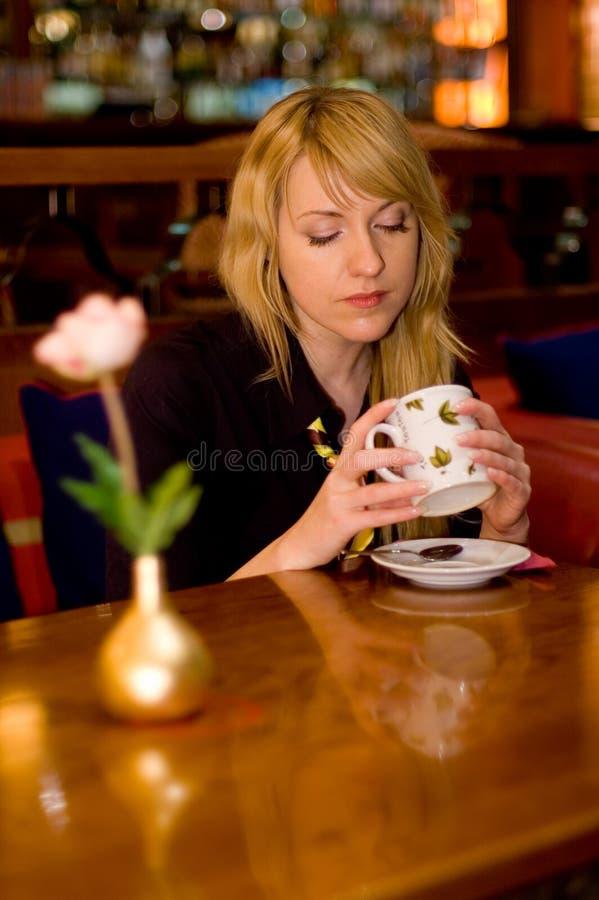Drinkende thee stock foto's