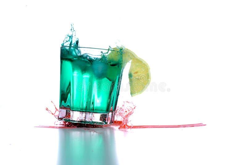 Drinkexponeringsglas med coctailspill arkivfoton