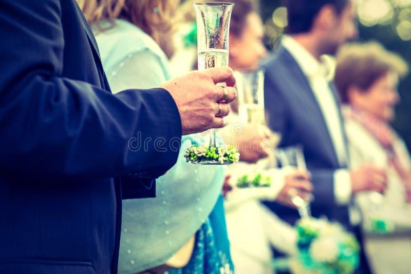 Drinkink champagne på bröllopceremonin arkivbild