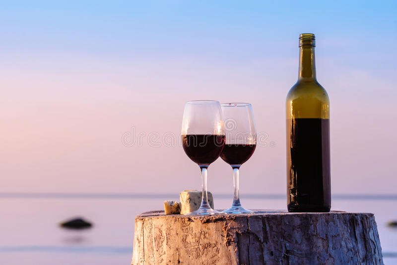 Drinkrött vin royaltyfri foto
