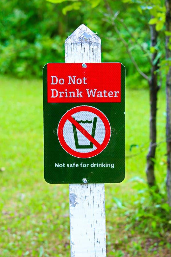 A drinkt water geen teken met een groene achtergrond stock foto's