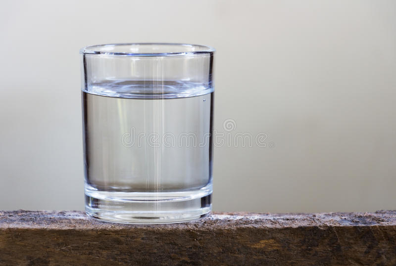 Drinkwater in glas op een houten vloer royalty-vrije stock fotografie