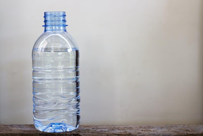 Drinkwater in plastic flessen stock afbeelding