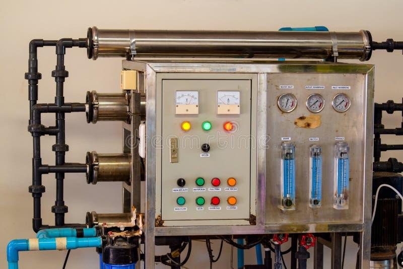 Drinkwaterproductie-installatie verpakking van drank plastic flessen bij installatie voor productie van dranken, sappen en het dr royalty-vrije stock afbeelding