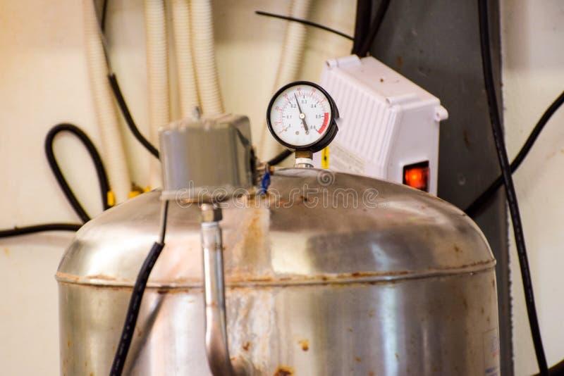 Drinkwaterproductie-installatie verpakking van drank plastic flessen bij installatie voor productie van dranken, sappen en het dr royalty-vrije stock afbeeldingen
