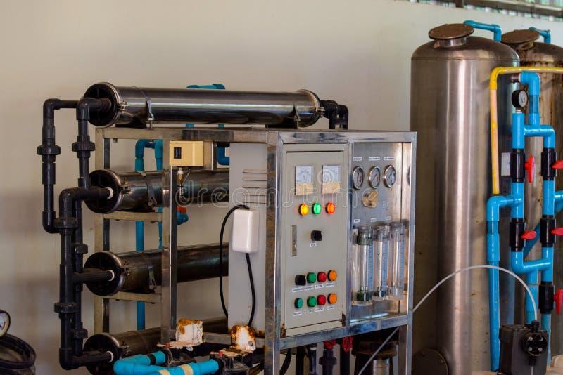 Drinkwaterproductie-installatie verpakking van drank plastic flessen bij installatie voor productie van dranken, sappen en het dr royalty-vrije stock foto