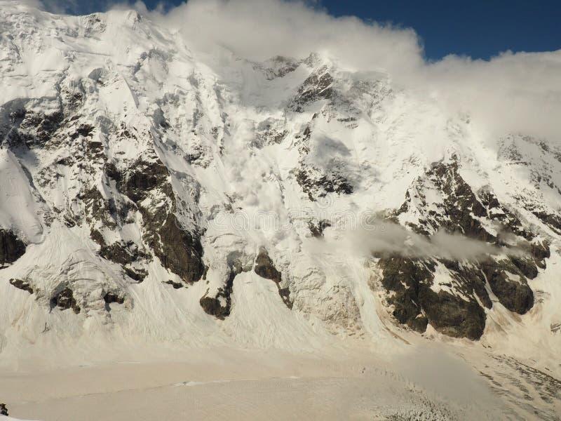 Driva av naturen Den verkliga enorma lavinen kommer från ett stort berg fotografering för bildbyråer