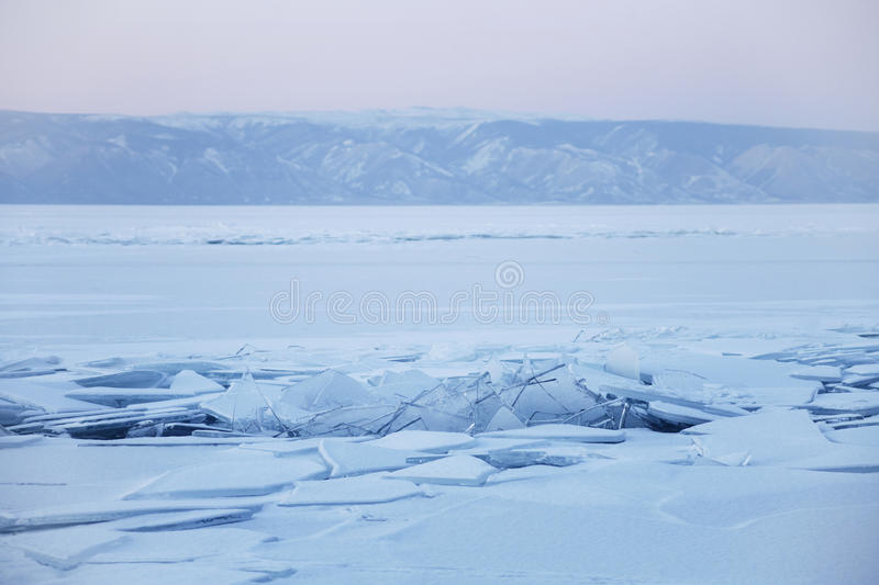 Is-driva på Lake Baikal, vinter vibrerande röd solnedgång för färgliggande arkivfoton