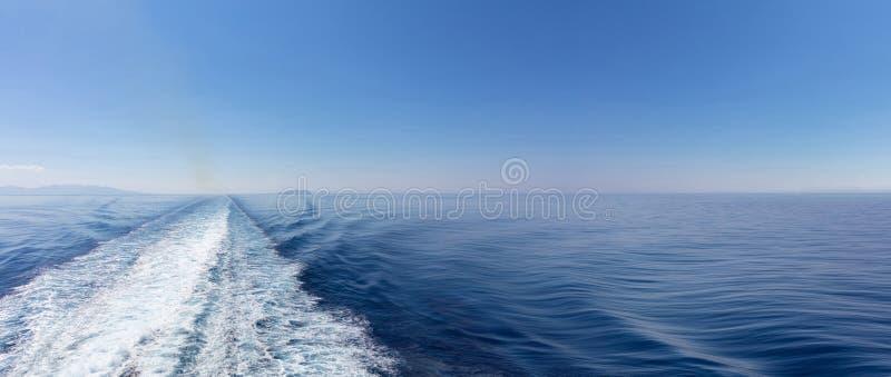 driva som fiskar medelhavs- netto havstonfisk Vit vak för fartyg, på blå havs- och himmelbakgrund, sikt från skeppet Kopieringsut arkivfoton
