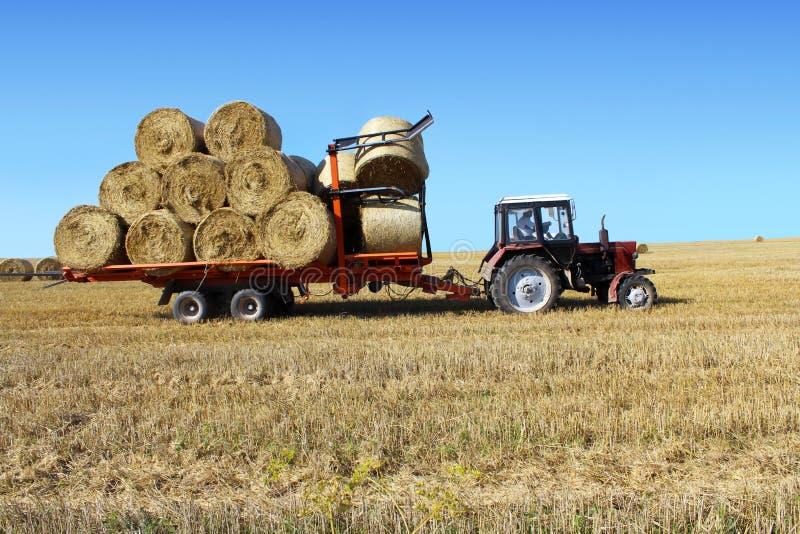 Drivande sugrörbaler för traktor royaltyfri bild