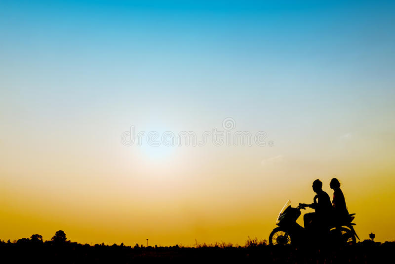 Drive ανδρών και γυναικών μια μοτοσικλέτα στοκ φωτογραφία με δικαίωμα ελεύθερης χρήσης