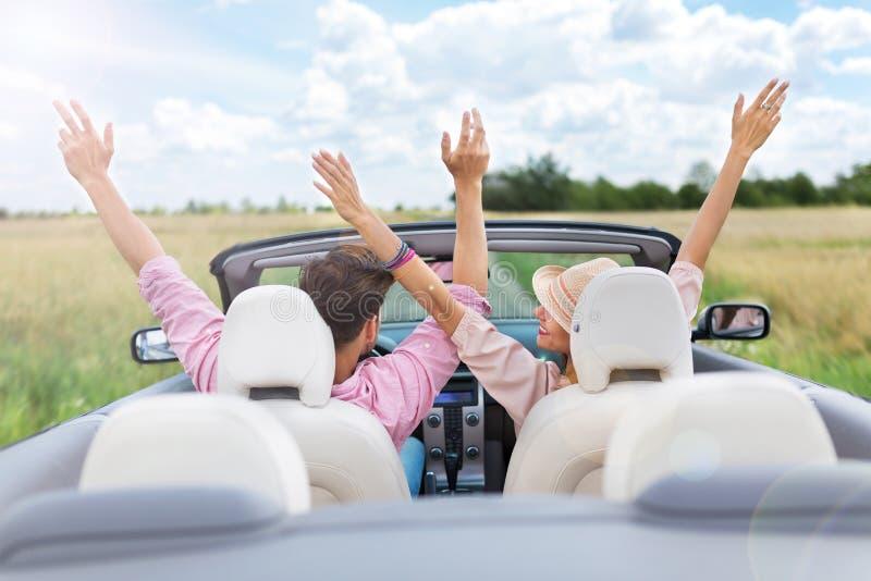 Drive ζεύγους σε μετατρέψιμο στοκ εικόνα με δικαίωμα ελεύθερης χρήσης