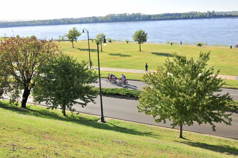 Drive όχθεων ποταμού πενταλιών ποδηλατών στοκ φωτογραφίες με δικαίωμα ελεύθερης χρήσης