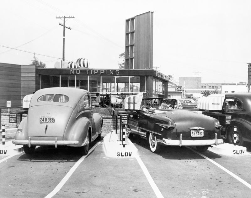 Drive-in- restaurang 'spåret', Los Angeles, CA, Juli 10, 1948 (alla visade personer inte är längre uppehälle, och inget gods finn arkivbild