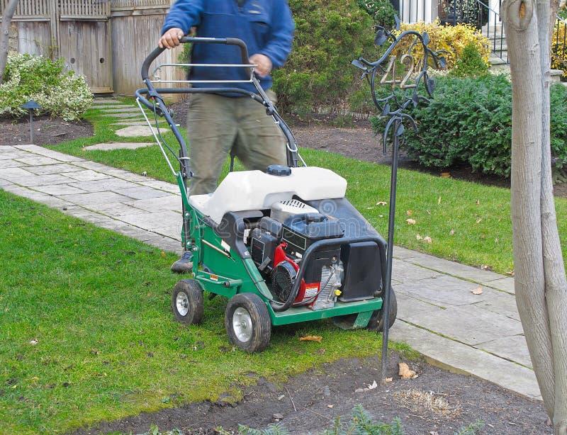 driven lawngräsklippningsmaskin royaltyfria bilder