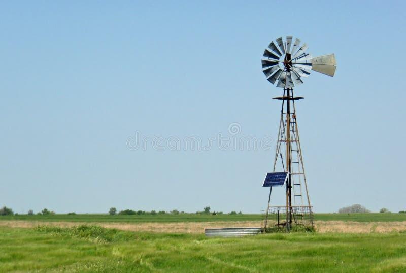 driven sol- windmill för ranch royaltyfri bild