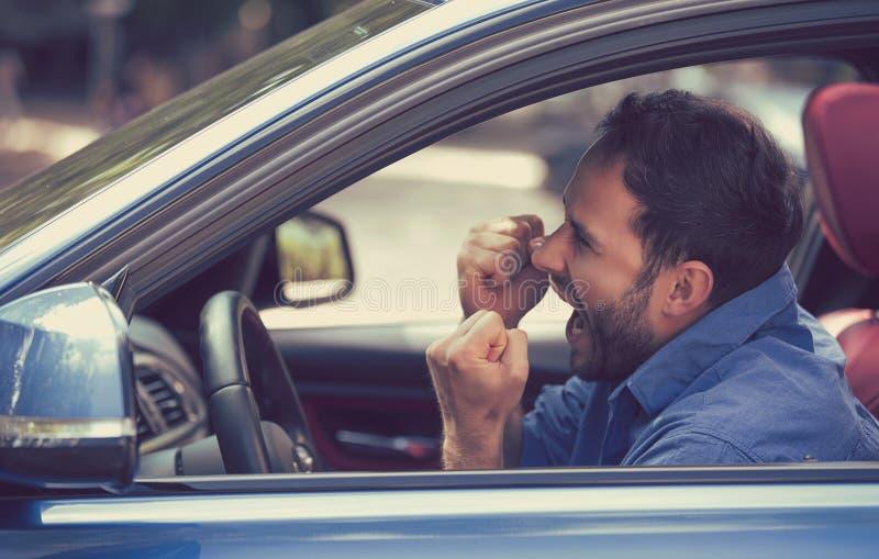 Driver arrabbiato con i pugni su che grida fotografia stock libera da diritti