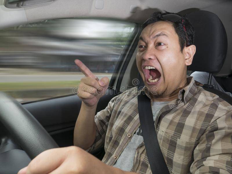 Driver capriccioso Concept, uomo arrabbiato che accelera pericolosamente fotografia stock