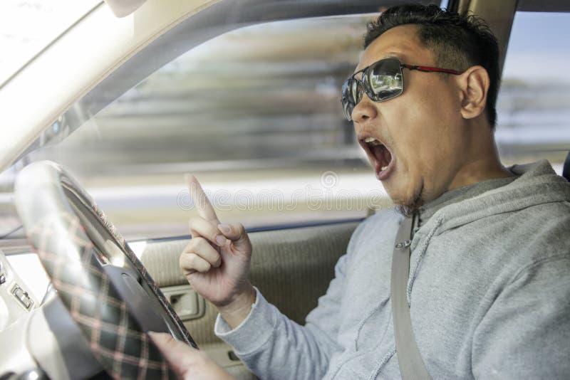 Driver capriccioso Concept, uomo arrabbiato che accelera pericolosamente fotografie stock libere da diritti