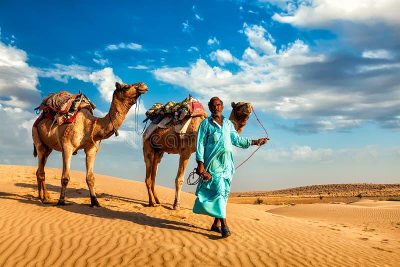 Driver del cammello di Cameleer con i cammelli in dune di Thar fotografie stock