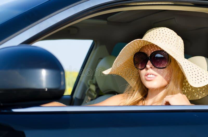 Driver della donna in sunhat ed occhiali da sole fotografie stock