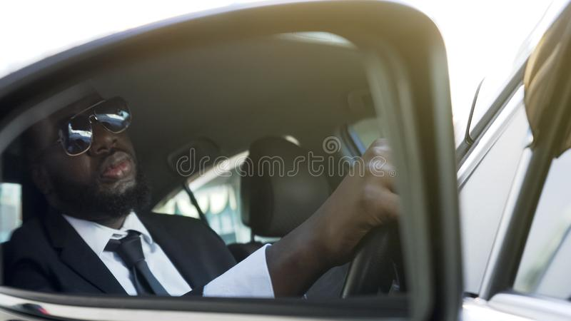Driver di affari che si siede in automatico, sprecando tempo in ingorgo stradale, vita stressante immagine stock