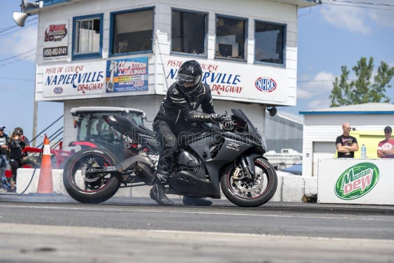 Driver di motociclo che fa un burnout sulla pista immagine stock libera da diritti