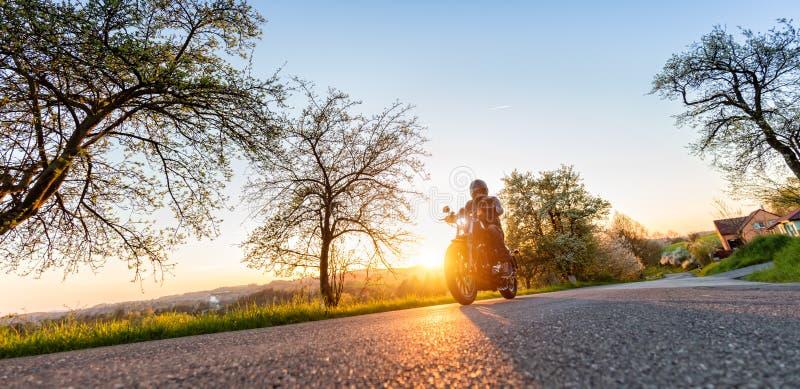Driver di motociclo sulla strada immagini stock