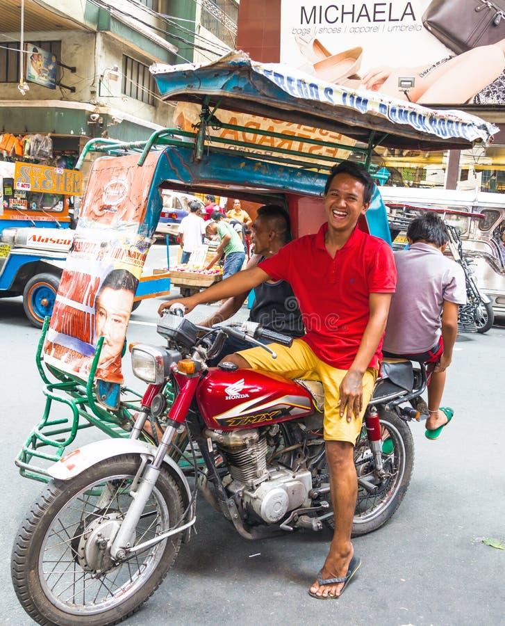 Driver di risata del triciclo del passeggero a Manila, Filippine immagini stock libere da diritti