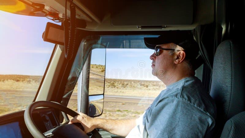 Driver& x27 di traffico del grande camion degli autisti di camion giusto; mani di s sul grande volante del camion immagine stock libera da diritti