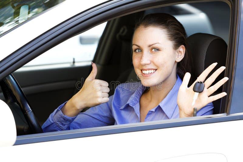 Driver femminile in un'automobile bianca immagine stock