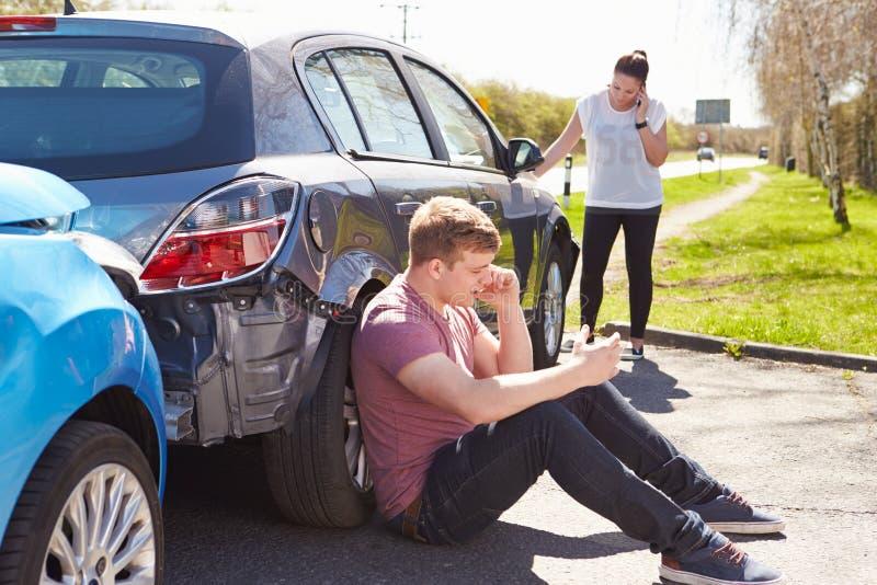 Driver Making Phone Call dopo l'incidente di traffico immagini stock