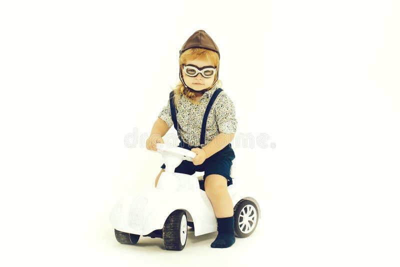 Driver o pilota del bambino piccolo isolato su bianco immagini stock