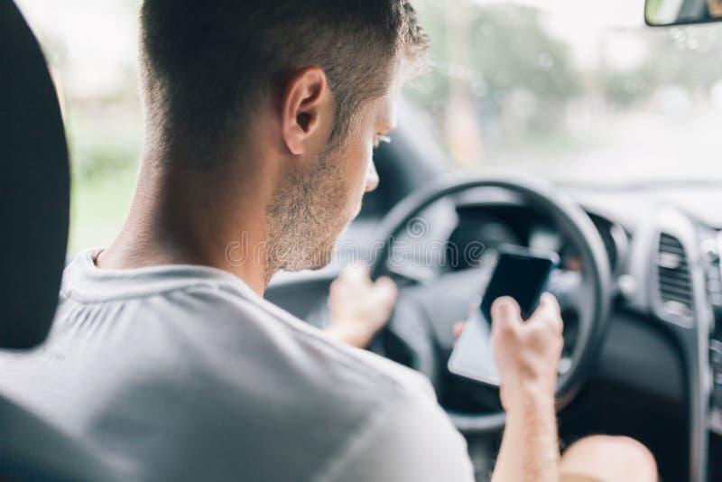 Driver trascurato che per mezzo di un telefono cellulare mentre guidando fotografie stock libere da diritti