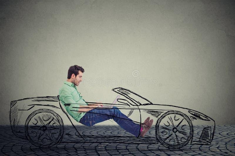 Driverless bilteknologibegrepp Man genom att använda bärbar datordatoren, medan köra en bil royaltyfria bilder
