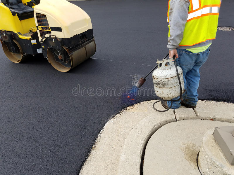 Driveway ασφάλτου, επισκευή χώρων στάθμευσης στοκ φωτογραφία με δικαίωμα ελεύθερης χρήσης