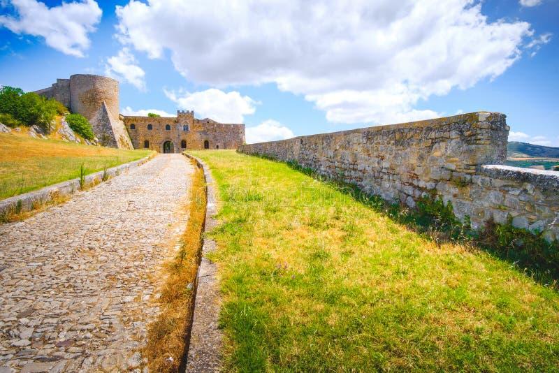 Driveway εισόδων του Castle bovino - apulia - Ιταλία στοκ φωτογραφία με δικαίωμα ελεύθερης χρήσης