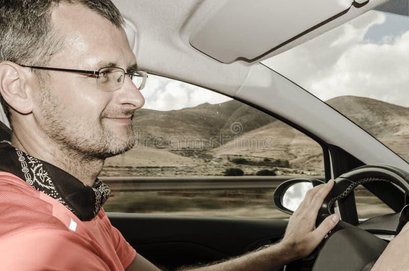 Drivier heureux à l'intérieur d'une voiture image stock