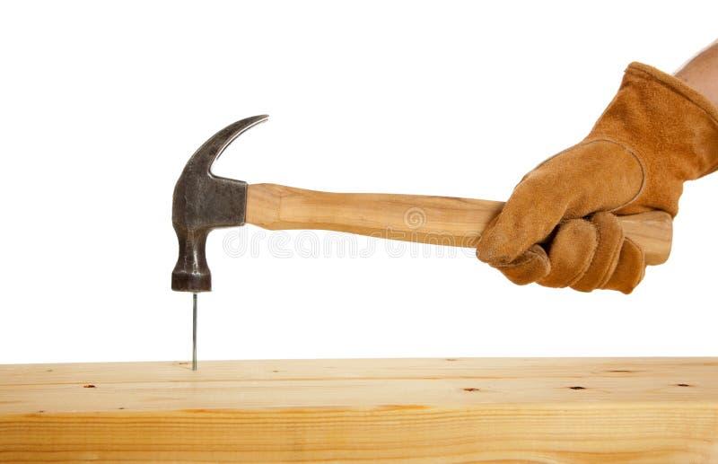 Download Drivng een Spijker stock afbeelding. Afbeelding bestaande uit handschoen - 10779463