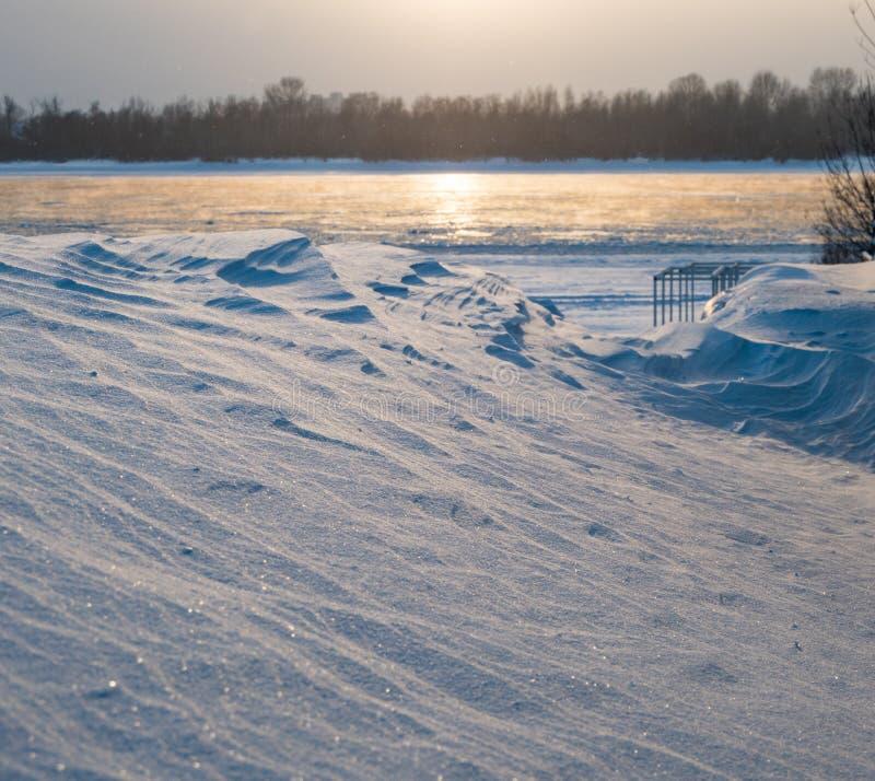Drivor och inte djupfryst flod Ob, Novosibirsk, Ryssland royaltyfria bilder