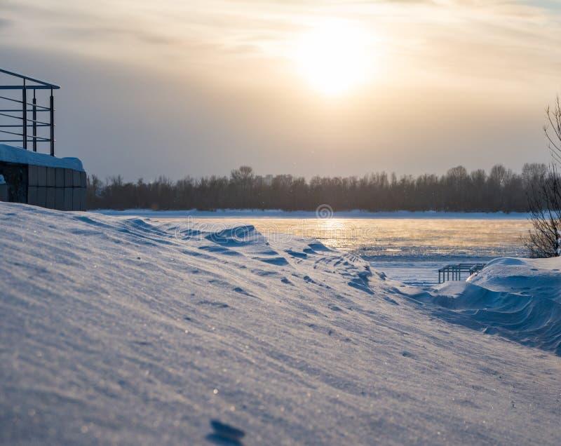 Drivor och inte djupfryst flod Ob, Novosibirsk, Ryssland royaltyfri foto