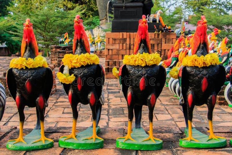 Drizzi le bambole di combattimento come offerti votive a re Naresuan in tempio di Thammikarat immagini stock