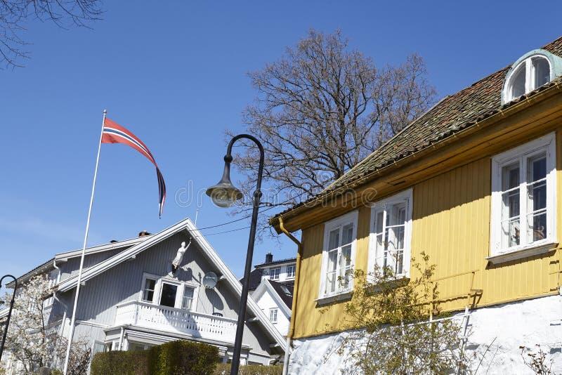 Drobak Akershus, Noruega - bandera y casas imágenes de archivo libres de regalías
