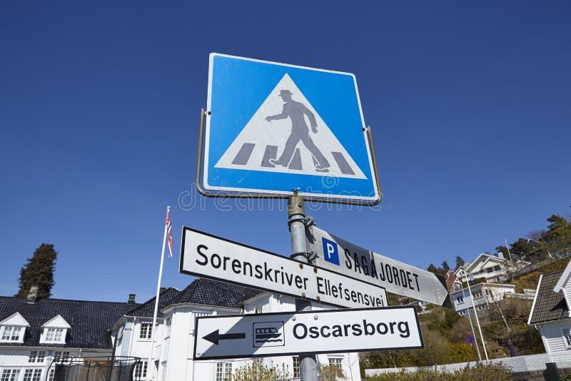 Drobak Akershus, Noruega - señal de tráfico y señales de dirección fotos de archivo