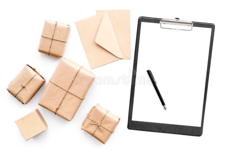 Drobnicowy doręczeniowy pojęcie Zawijający ochraniacz na whote backgroyund odgórnego widoku egzaminie próbnym i pudełka up obrazy stock
